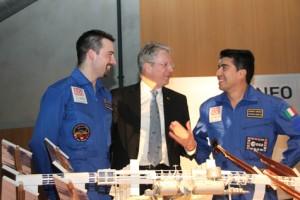 """Die """"Mars-Astronauten"""" Romain Charles (li) und Diego Urbina (re) lassen sich von Ex-Astronaut Dr. Thomas Reiter (mi) die ISS erklären."""