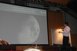 ESOC Missionsspezialist Michael Khan zeigt wohin es demnächst gehen soll,  zum Mond..