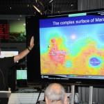 McCaughrean erläutert die Rätsel der Marsoberfläche.
