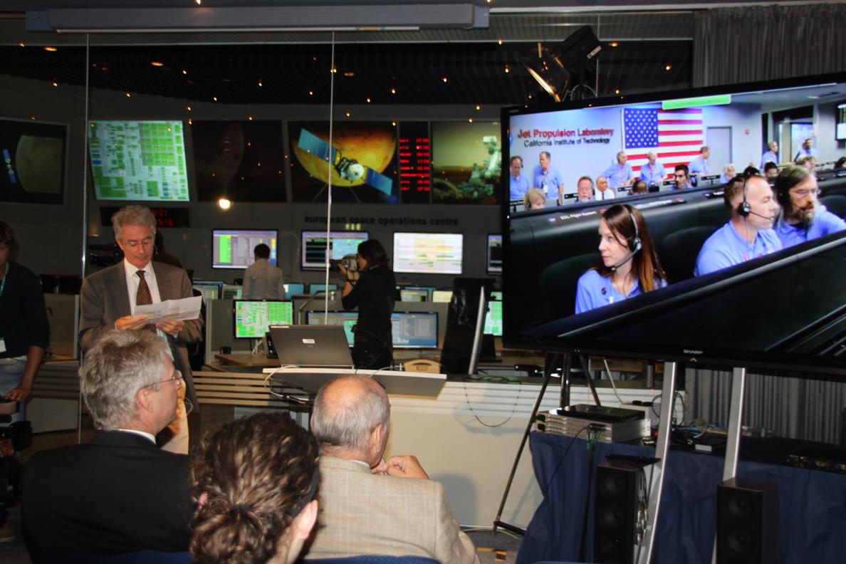 Paolo Ferri kommentiert die Bilder aus dem JPL Kontrollzentrum in Pasadena, Kalifornien.