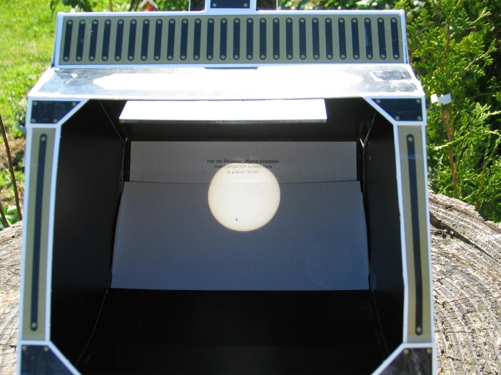So kann man jeder Sonnenfinsternis gefahrlos folgen.