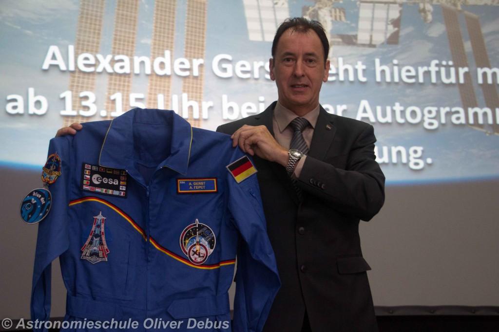 Gerhard Daum, Leiter der Raumfahrtausstellung im Technik-Museum präsentiert stolz den Overall von Alexander Gerst.