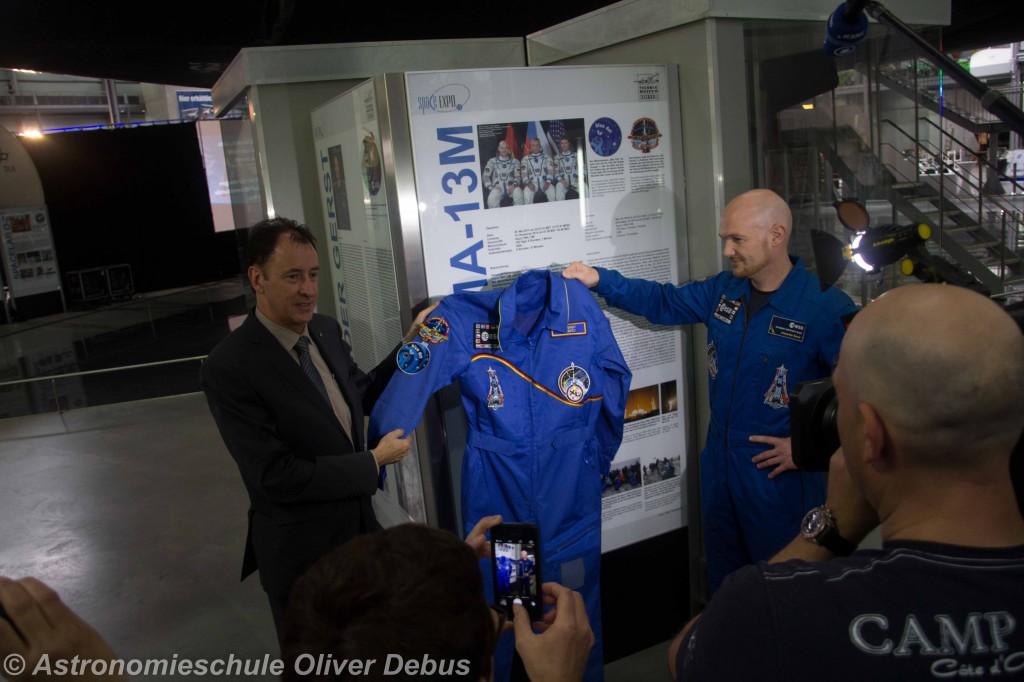 """Alexander Gerst übergibt seinen """"Space Suit"""" an Gerhard Daum."""