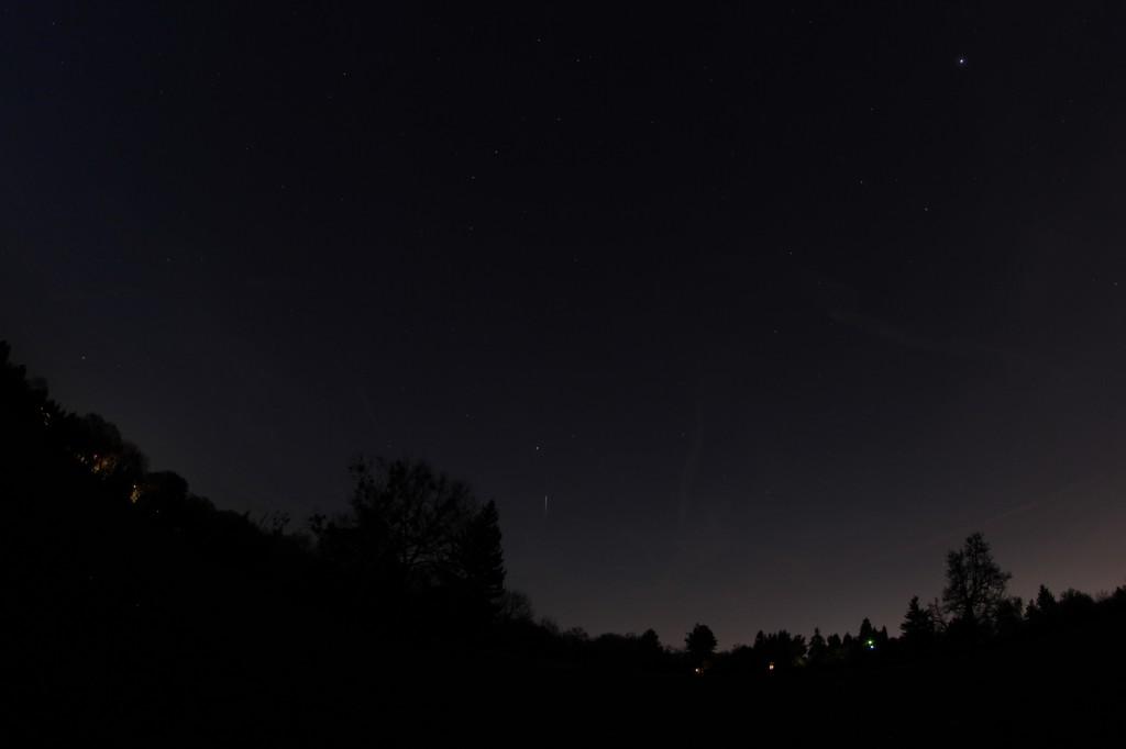 Die Leuchtspur der ISS endet in diesem Bild, da die Raumstation in den Erdschatten eintritt und kein Sonnenlicht mehr abbekommt.