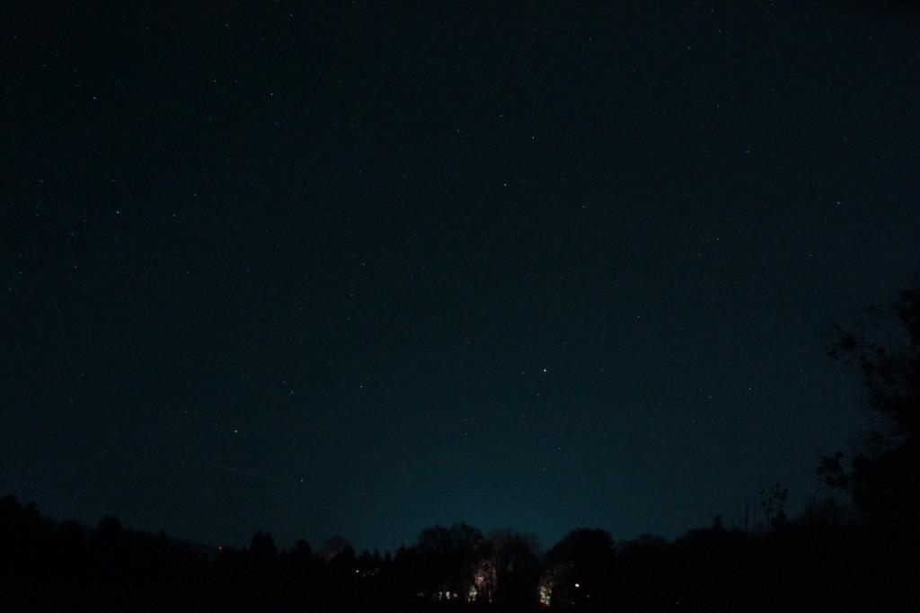 Die Sternbilder Bootes, Nördliche Krone und Herkules, sowie die Leier und der Schwan stehen dicht über dem östlichen Horizont.