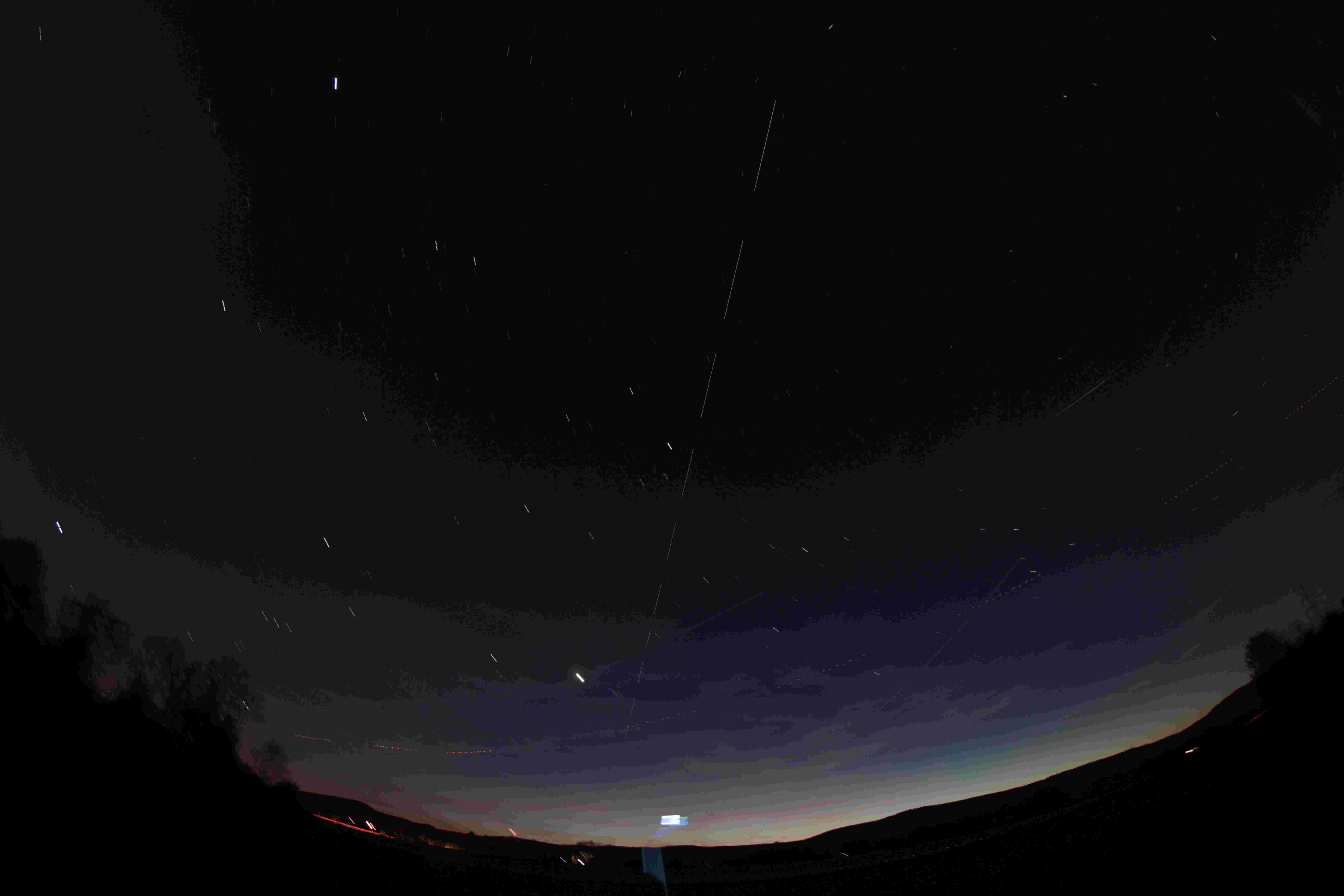 Überlagerung aller Aufnahmen zu einem Gesamtbild zeigt schön die Leuchtspur der Internationalen Raumstation.