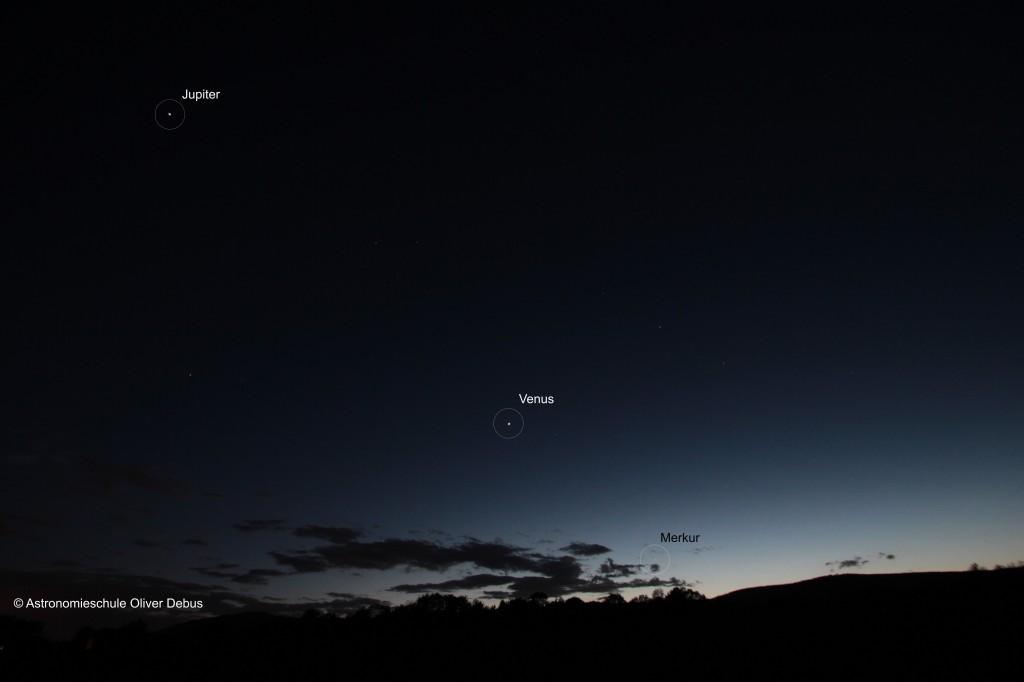 Die Planeten Jupiter, Venus und Merkur sind wie Perlen auf einer Schnur entlang der Ekliptik aufgereiht.