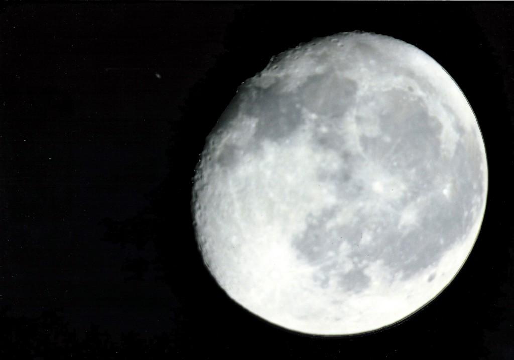 Saturnedeckung durch den Mond am 3. November 2001. Das Bild entstand aus zwei verschieden belichteten Aufnahmen.