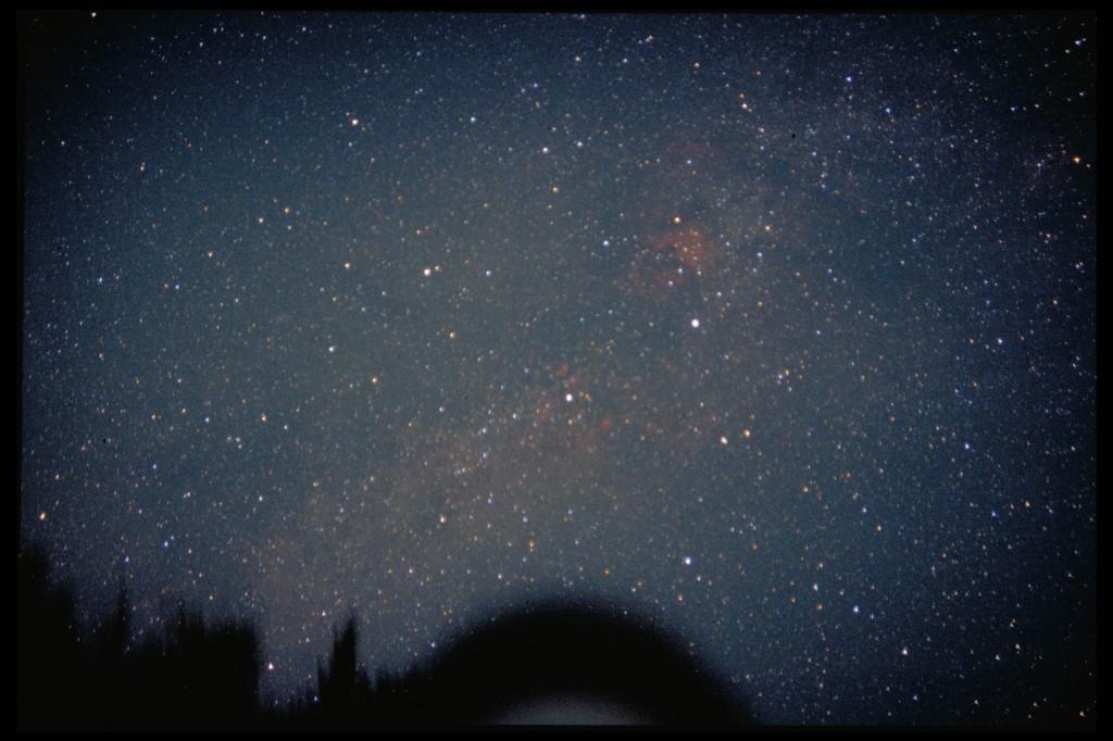 Sternbild Schwan mit Sommermilchstraße. Oberhalb des Sterns Deneb ist der Nordamerikanebel NGC 7000 gut zu erkennen.