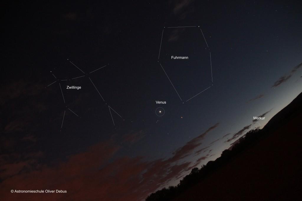 Der Planet Venus steht zwischen den Sternbildern Fuhrmann und Zwillinge. Merkur steht im Stier, dessen Sterne im Dämmerungslicht verblassen.