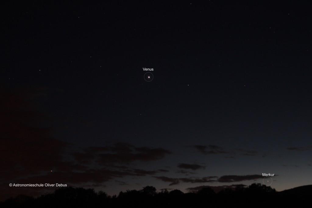 Dicht über dem Horizont ist der Merkur in der Abenddämmerung sichtbar.