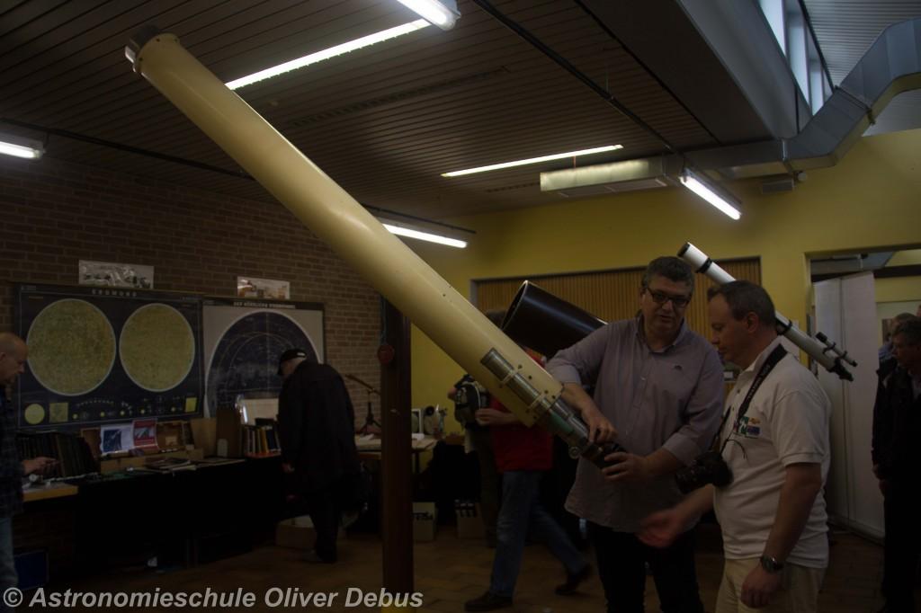 Größer kann der Kontrast nicht sein. Hier ein Teleskop, bei dem man noch alles per Hand machen muss...