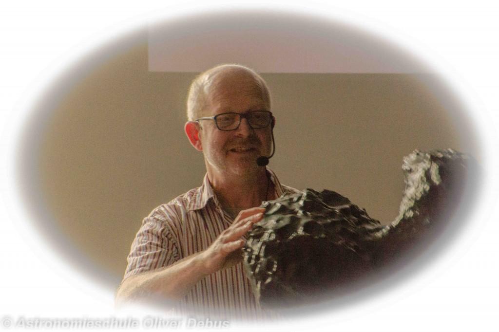 Rainer Kresken erklärt am Modell des Kometen Chruyumov-Gerasimeko, wo der Philae gelandet ist.