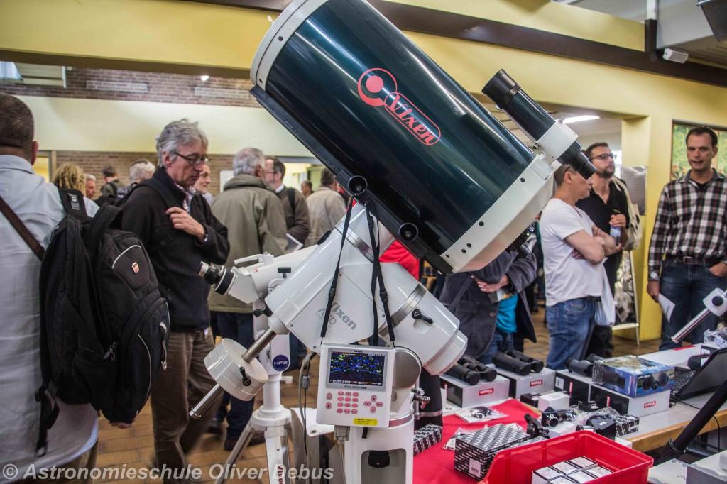 ... hier ein Teleskop, ein Schmidt-Cassegrain-Spiegel, der fast alles von selbst macht.