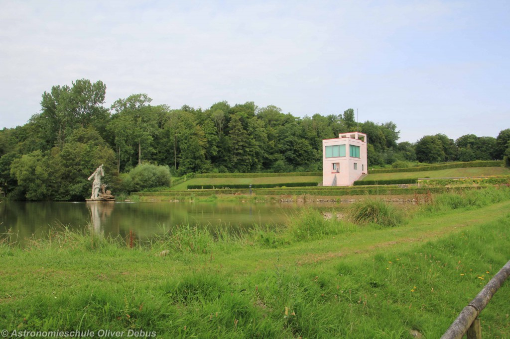 Das Globushaus im Neuwerkgarten mit dem Herkulesteich.