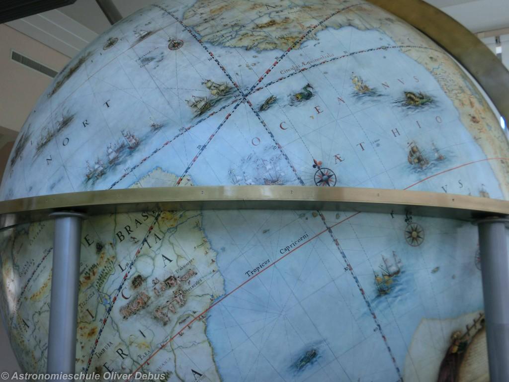 Auf dem Globus sind Nullmeridian, Äquator und die Ekliptik dargestellt.