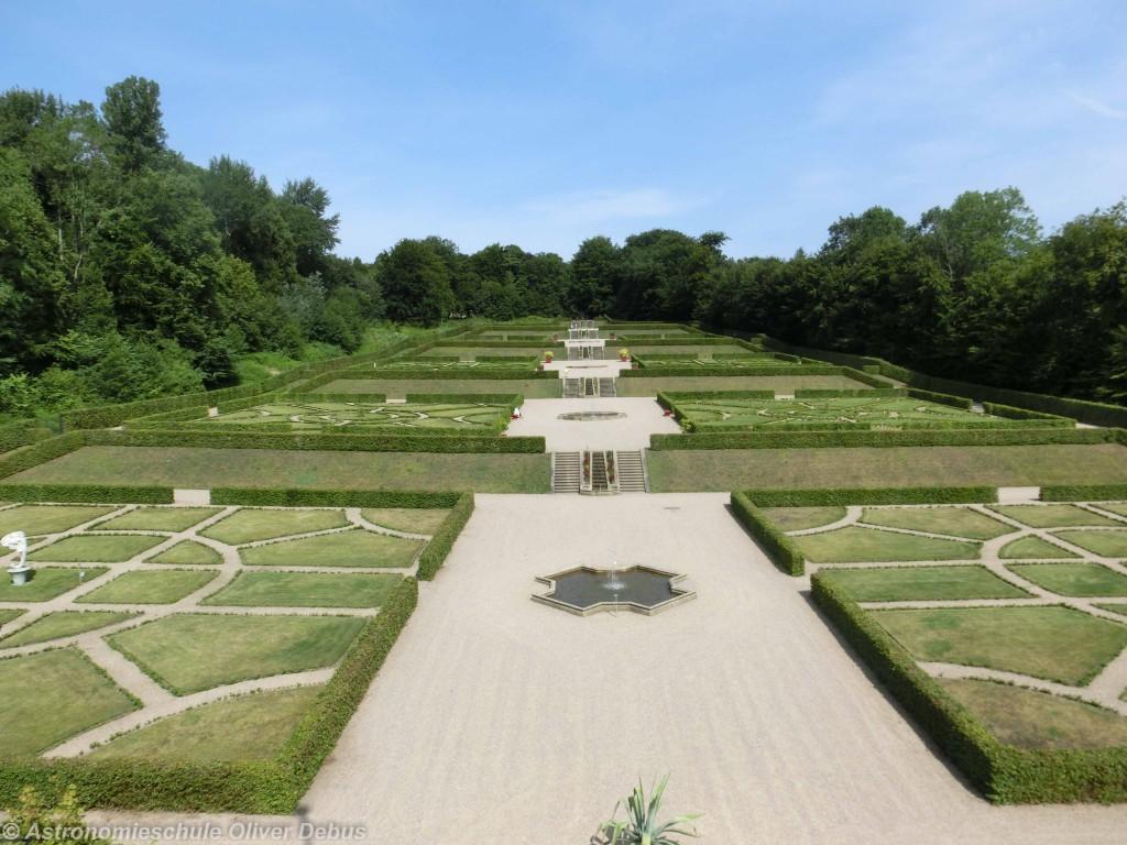 Blick vom Dach des Globushaus auf den Barockgarten.