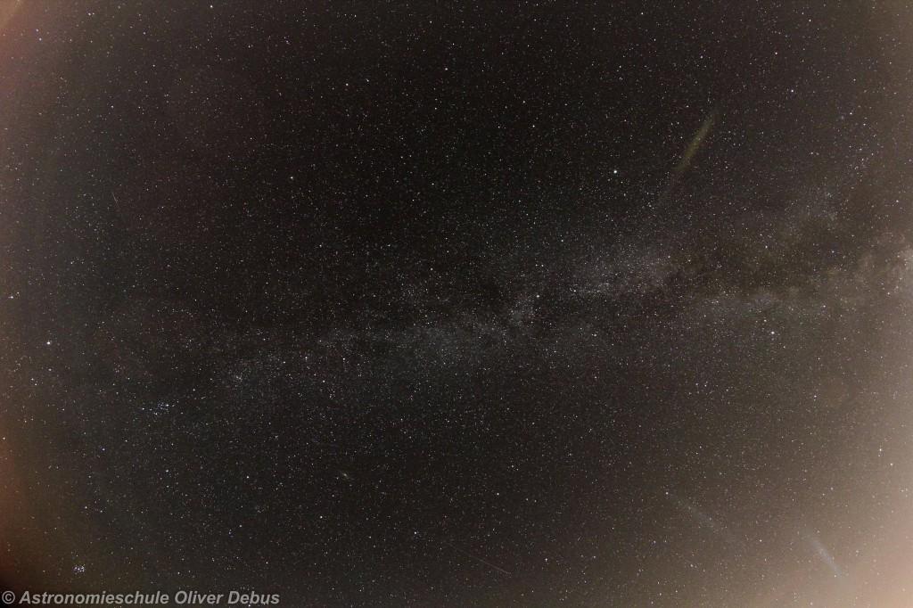 Milchstraße mit Sternschnuppen. In diesem Bild haben sich gleich drei Sternschnuppen verewigt. Eine unten im Sternbild Pegasus,  eine zwischen Perseus und Fuhrmann links und eine sehr schwache, zwischen den Sternbildern Giraffe und Luchs. Canon EOS 60D mit WalimexPro Fish-Eye CSII. Brennweite 8mm, Belichtung 180 Sekunden bei Blende 5,6 und ISO 100.