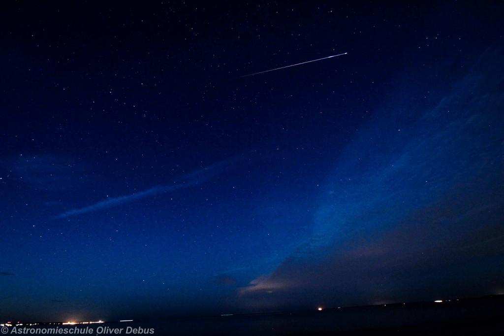 Die hellste fotografierte Sternschnuppe des Abends. Canon EOS 60D mit Tamron DiII SP 10-24mm. Brennweite 10mm, Belichtung 15 Sekunden bei Blende 4 und ISO 800.