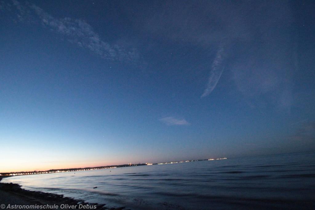 Blick Richtung Norden. Eine kurze Sternschnuppenspur ist links unterhalb der Wolken zu erkennen.