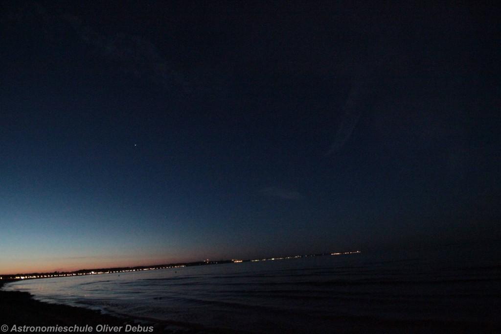 Der helle Lichtpunkt ist werde ein Stern, noch ein Satellit und auch kein Flugzeug, sondern ein Meteor.