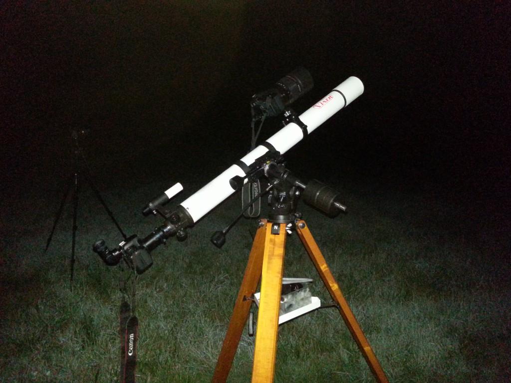 Teleskop und Kameras stehen bereit.