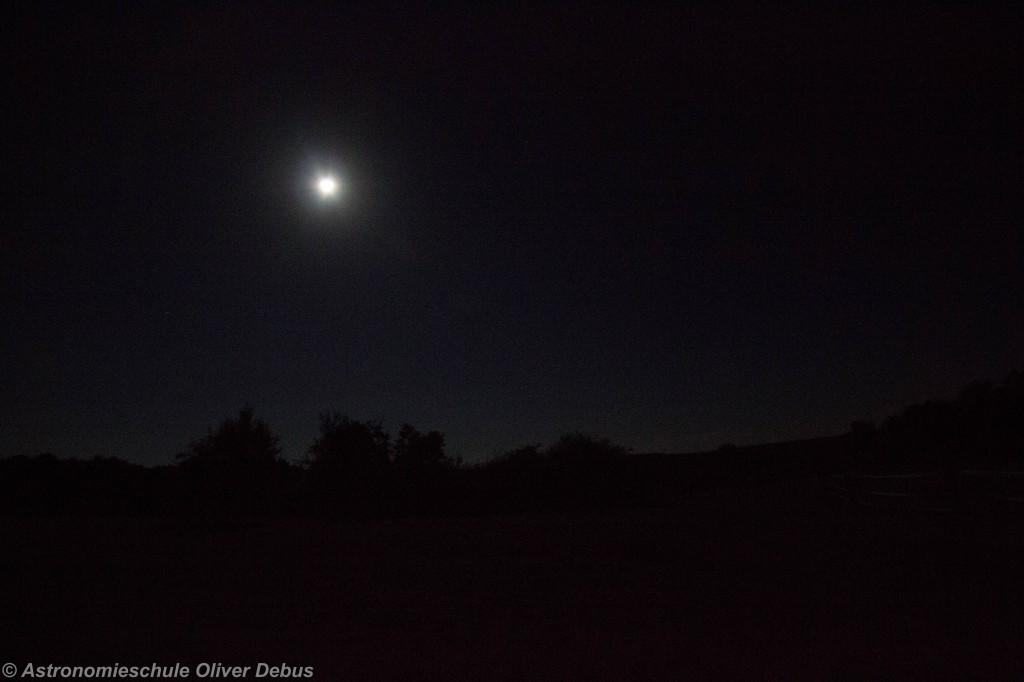 Mond über dem Taunus, kurz nach Beginn des Eintritts in den Kernschatten.