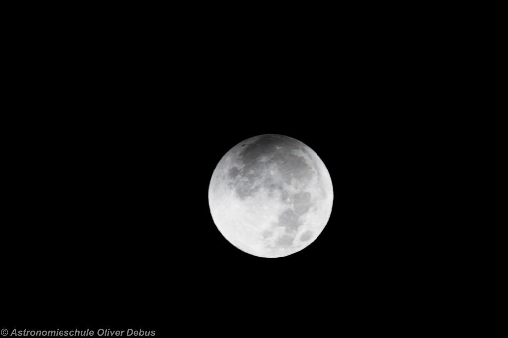 Der Mond beginnt mit dem Eintritt in den Kernschatten. EOS 10D mit 500mm Maksutov-Teleobjektiv.