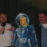 Robert Vogel und Chefautor Uwe Anton gratulieren Perry Rhodan zum 50. Geburtstag.