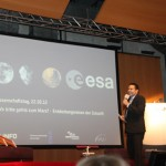 HR-Info Moderator Dirk Wagner eröffnet den Abend.