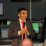 Michel Deniz gibt freudestrahlend bekannt, dass Mars Express erfolgreich die Daten von Curiosity empfangen und an die NASA weitergeleitet hat.