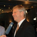 Thomas Reiter stellt sich den Fragen im Fernsehinterview. Die Freude über die gelungene Landung ist ihm anzusehen.